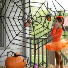 Giant-Spider-Web-and-Giant-Spiders-Halloween-Decoration-0